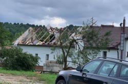 Tornádo na Slovensku poškodilo střechy domů