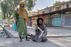 Bojovníci Talibanu ve městě Farah