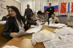 Sčítání hlasovacích lístků v obci Nikolajevka u ruského Omsku