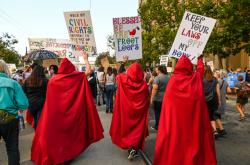 Tisíce žen a mužů pochodují za zachování práva na potraty