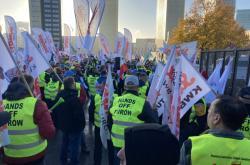 Protest odborářů z polské organizace Solidarność před sídlem Soudního dvora EU