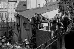Východoněmečtí uprchlíci přelézají zeď k západoněmecké ambasádě na podzim 1989