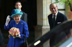 Královna a princ Philip před berlínským hotelem Adlon