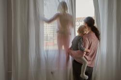 Problémy dospělých se týkají i dětí. Měli by s nimi o to mluvit