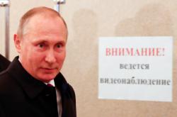Ruský prezident Vladimir Putin ve volební místnosti