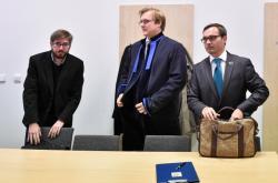 Adam B. Bartoš (vpravo) a Ladislav Zemánek (vlevo) před Okresním soudem v Jihlavě