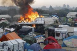 Z tábora v Calais byli odvezeni všichni uprchlíci