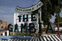 Nápis vítající návštěvníky gambijské metropole Banjulu