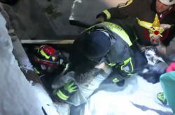 Z trosek lavinou zasypaného hotelu záchranáři vyprostili další lidi
