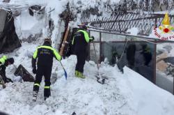 Hasiči prohledávají hotel zasažený lavinou