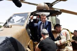 Francouzský prezident Emmanuel Macron při zahraniční cestě na Mali