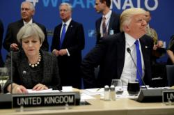 Donald Trump a Theresa Mayová na summitu NATO