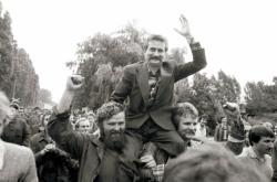 Lech Walesa s příznivci Solidarity při založení svazu během listopadu 1980