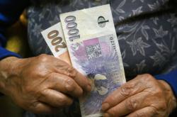 Ilustrační foto: Seniorka s penězi