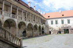 Chátrající zámek v Uherčicích projde rekonstrukcí