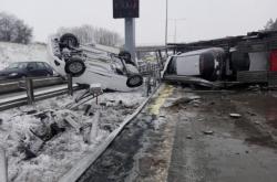 Na Pražském okruhu se převrátil kamion převážející osobní auta