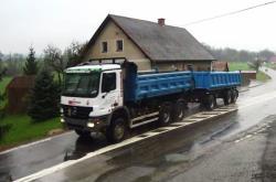 Vypadá jako nákladní auto, ale formálně je to traktor