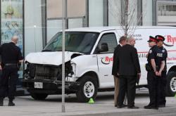 Vyšetřovatelé s poškozenou dodávkou, jejíž řidič najel do lidí