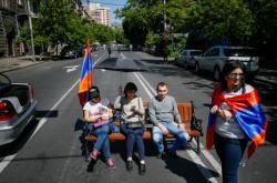 Demonstranti blokují ulici v Jerevanu