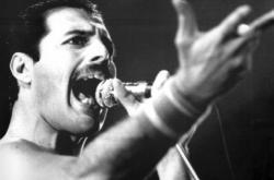 Freddie Mercury, charismatický zpěvák skupiny Queen (archivní foto z roku 1984)
