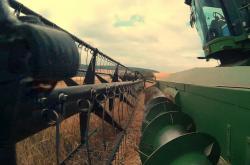 Jiskry ze zemědělských strojů způsobují požáry na polích