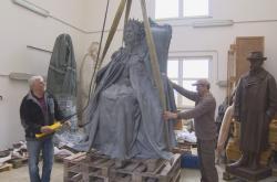 Socha Alžběty II. odlitá v Čechách