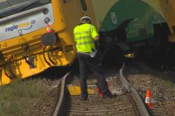 Srážka vlaku s traktorem na železničním přejezdu u Smrkovic
