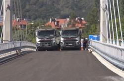 Zátěžové zkoušky dvě stě metrů dlouhého lanového mostu.
