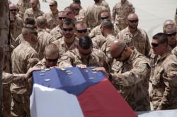 Vojáci ze základy v Bagrámu se rozloučili s padlými českými vojáky