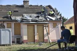 Nejdříve musí dělníci sundat střešní krytinu a krovy