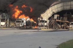 Bezpečnostní kamery zachytily zblízka požár pohonných hmot v Loukově