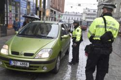 Strážníci kontrolují auta v centru Brna