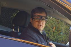 Řidič má při ovládání auta speciální brýle s kamerami