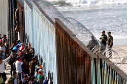 Migranti z karavany na hranici v Tijuaně