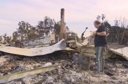 Richard Gibbs u svého zničeného domu v Malibu