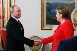 Vladimir Putin a Angela Merkelová na summitu G20 v Argentině
