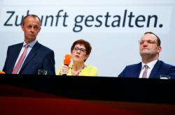Friedrch Merz, Annegret Krampová-Karrenbauerová a Jens Spahn během debaty v Düsseldorfu