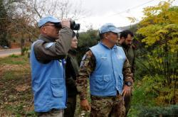 Členové mise OSN a izraelští vojáci nedaleko hranice s Libanonem