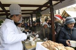 Starosta Prahy 1 při nalévání polévky