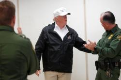 Donald Trump zdraví členy americké pohraniční stáže