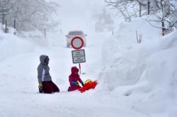 S velkým přívalem sněhu se potýká Boží Dar na Karlovarsku.