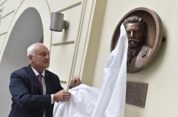 Rektor Petr Štěpánek odkryl reliéf Antonína Rezka