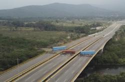 Zatarasený most na hranicích s Kolumbií
