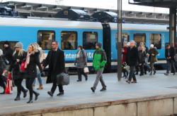 Cestující po příjezdu na pražské hlavní nádraží