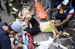 Ošetřování zraněných demonstrantů