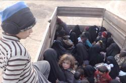 Odvážení posledních obyvatel Islámského státu