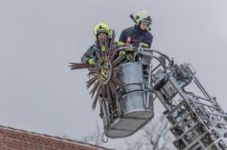 Rozeta kostela se nebezpečně nakláněla, hasiči ji tak museli demontovat