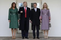 Donald Trump a Andrej Babiš s manželkami před Bílým domem