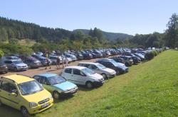 Zaplněné parkoviště v Adršpašsko-teplických skalách