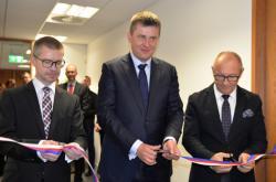 Generální konzul Ivo Losman, ministr Tomáš Petříček a velvyslanec Libor Sečka otevírají konzulát v Manchesteru